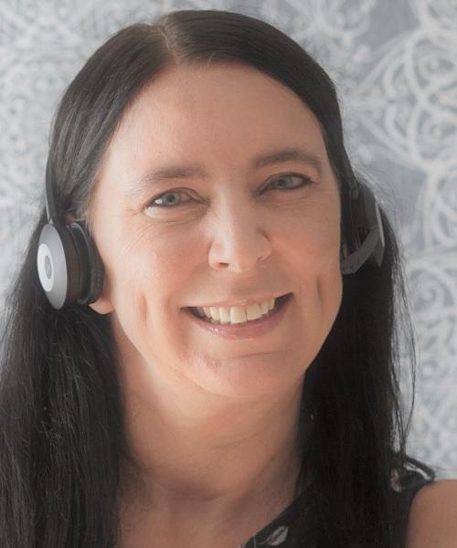 Dalia Zovco bildet die Kunden in der Fahrschule im theoretischen Teil aus.