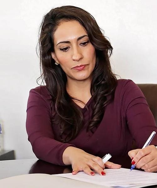 Ana Nowak plant gerade die Termine für unsere Kunden bei den Ämtern und der Fahrschule